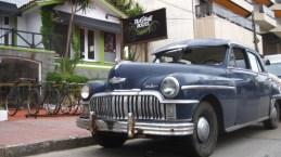 Fachada TasD'Viaje con auto de colección