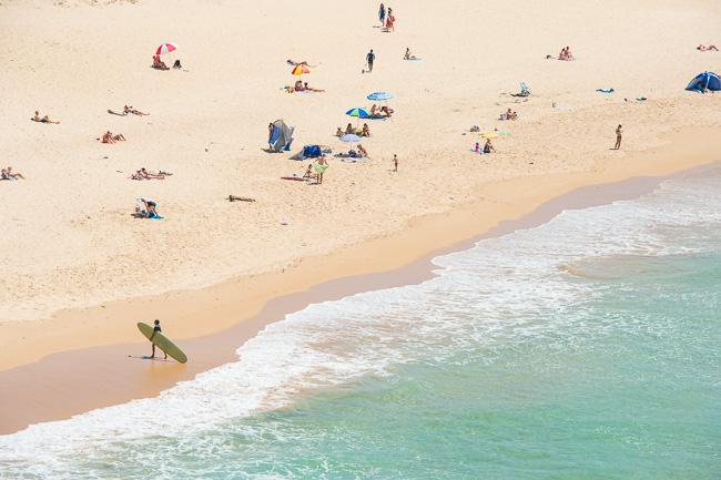Playa con bañistas, verano