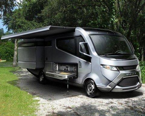Une penderie pivotante brevetée dans un camping car