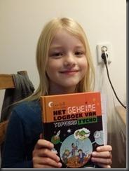 Leonie met boek (Foto: Taede A. Smedes)