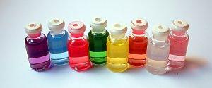 """Eteerinen öljy on Wikipedian mukaan """"kasveista höyrytislaamalla valmistettu vettä hylkivä neste, joka sisältää haihtuvia aromeja."""""""