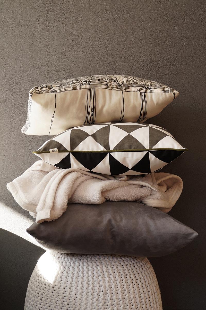 Cozy Autumn Days in Bed + Buchtipp: Deko für ein gemütliches Schlafzimmer im Herbst in Grautönen mit vielen Kissen und ein Buchtipp: Schmetterlingswinter von Kea von Garnier. Tasteboykott Wohnblog.