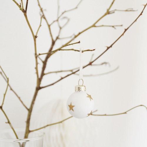Minimalistisch skandinavisch moderne reduzierte Weihnachtsdeko weiß grau gold dekorieren einrichten wohnen Weihnachtskugeln Zweige Tasteboykott