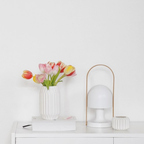 Frühlingsdeko mit Tulpen in rot/rosa/gelb. Modern skandinavisch schlicht minimalistisch dekorieren wohnen einrichten Sideboard weiß Tischleuchte FollowMe Marset Porzellan Origami-Optik Interior Design Wohninspiration Wohnideen Interieur Tasteboykott Wohnblog