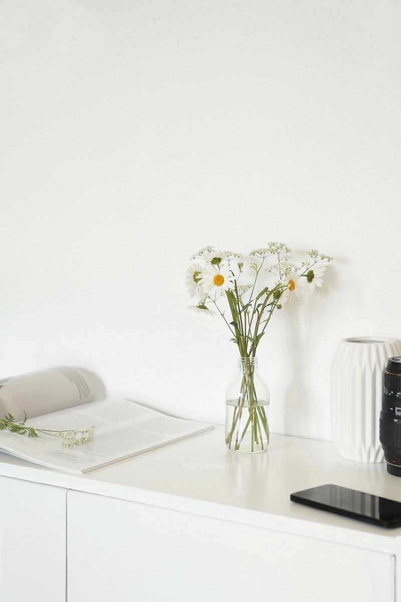 Sideboard Deko mit weißen Wiesenblumen in Glasvase, Margeriten Blumendeko. Modern skandinavisch schlicht minimalistisch reduziert monochrom dekorieren einrichten wohnen Interieur Interior Design Wohnideen Wohninspiration Tasteboykott Wohnblog