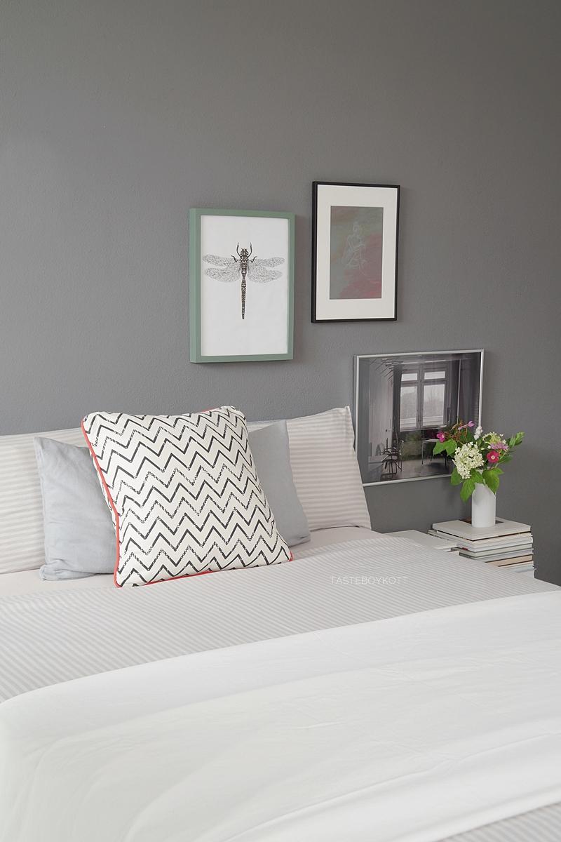 Skandinavisch monochromes Schlafzimmer mit dunkelgrauer Wandfarbe, Kunst als Wanddeko modern und schlicht einrichten. Wohnideen Deko Wohninspiration Tasteboykott Wohnblog.