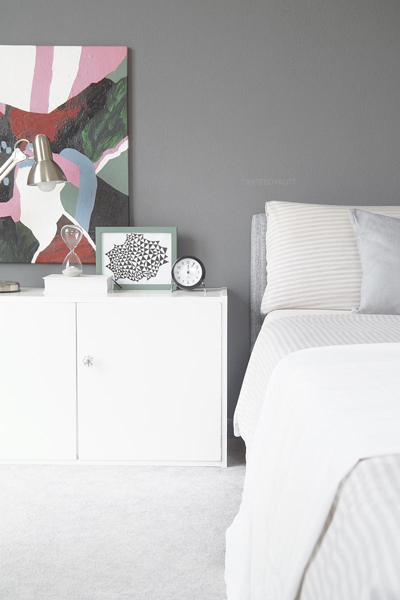 Skandinavisch Monochromes Schlafzimmer Mit Dunkelgrauer Wandfarbe, Kunst  Als Wanddeko, Weißem Sideboard Modern Und Schlicht ...