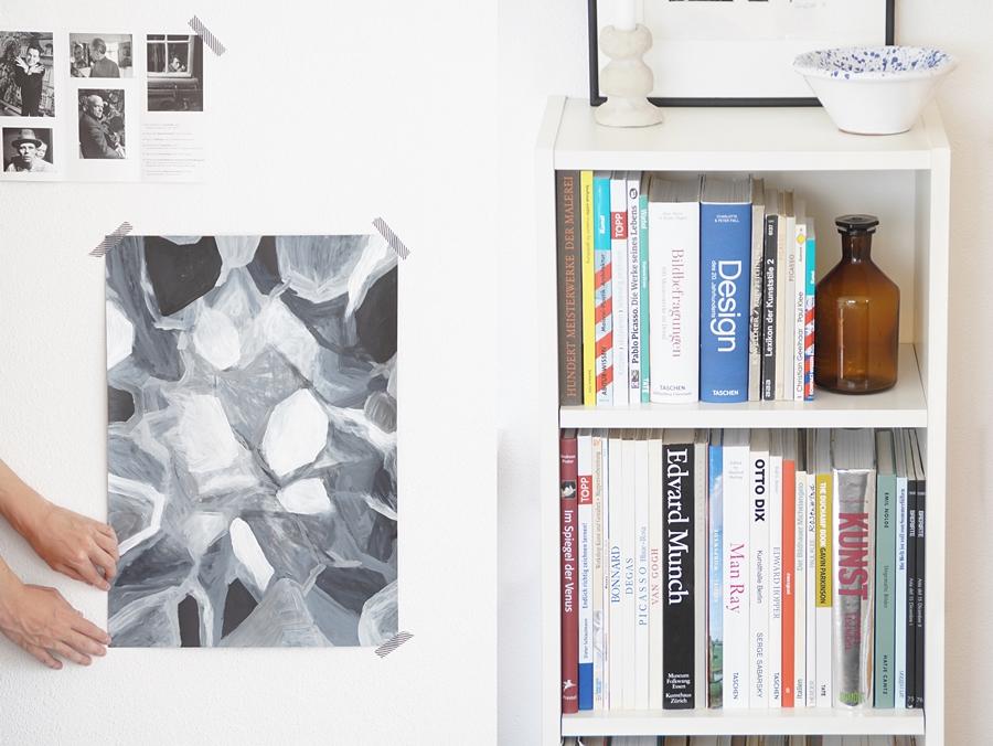 Schlafzimmer modern minimalistisch dekorieren mit Kunst als Wanddeko in schwarz-weiß-grau. Herbstdeko im Bücherregal mit Kunstbüchern. Skandinavisch schlicht monochrom wohnen einrichten Dekoideen Wohnideen Wohninspiration Tasteboykott Wohnblog.