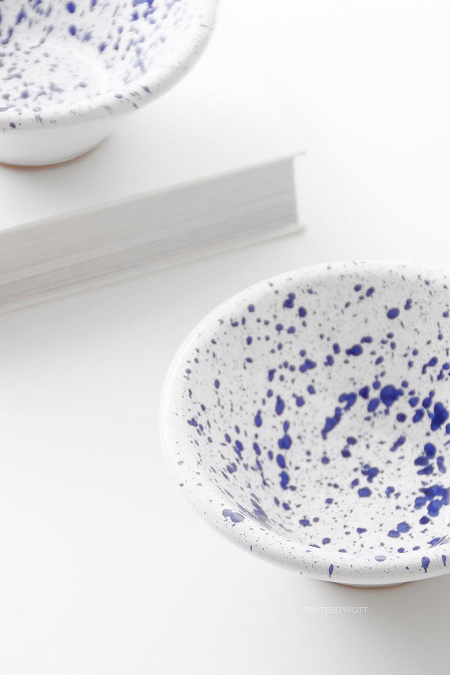 Blau weiße Schälchen aus Malta als dekoratives Souvenir. Tasteboykott Blog.