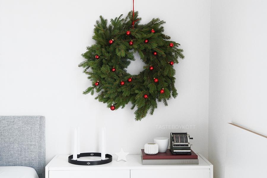 diy weihnachtlichen kranz binden tasteboykott. Black Bedroom Furniture Sets. Home Design Ideas