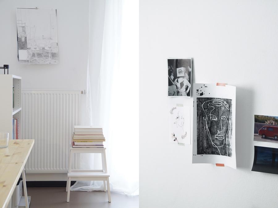 Wohnheimzimmer Arbeitsplatz in grau-weiß-Holz, Schreibtisch, Regal und Kunst als Wanddeko