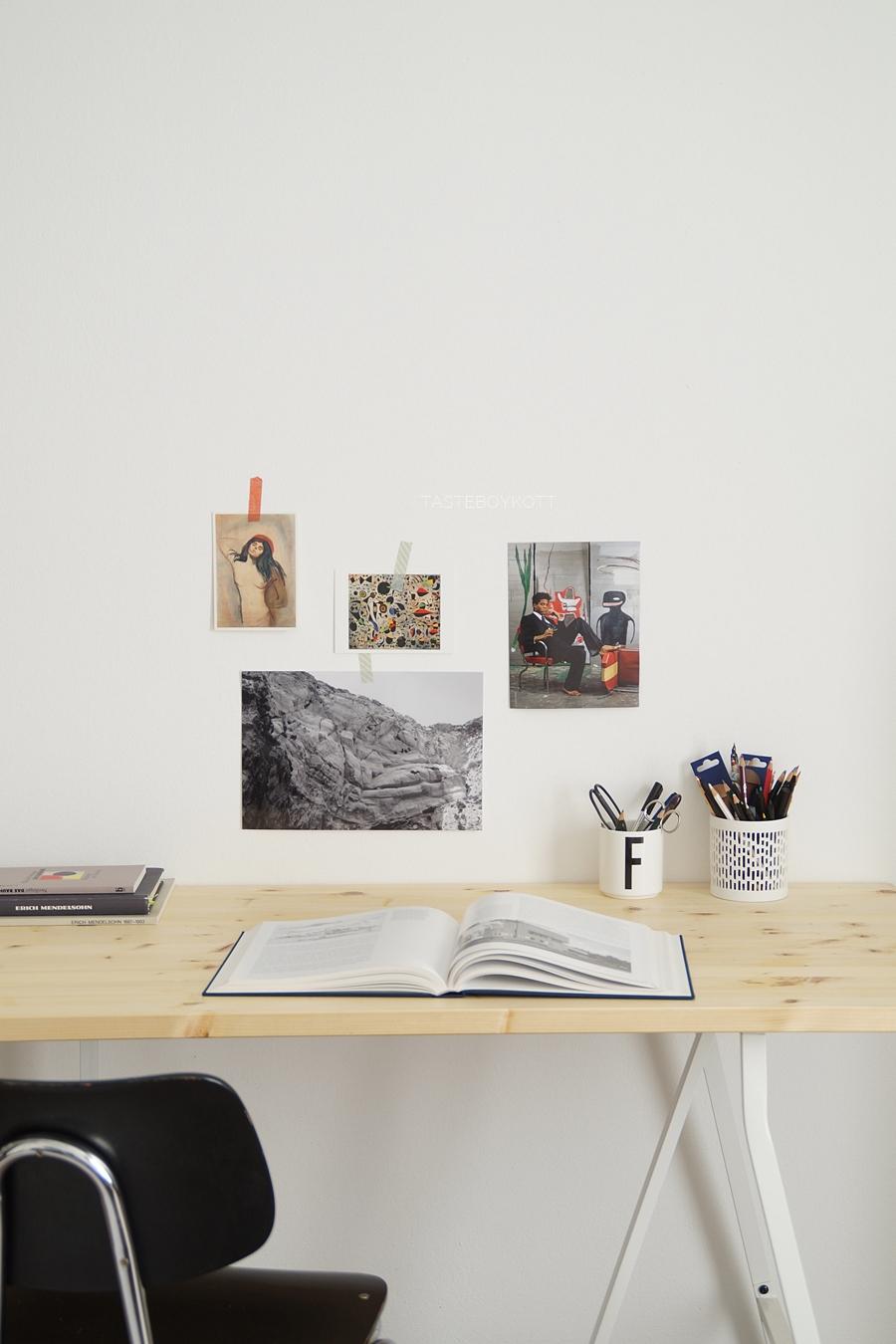 Arbeitsplatz Schreibtisch Holz/ weiß, Bilderwand Wanddeko, Stuhl schwarz, modern skandinavisch einrichten. Tasteboykott Wohnblog Wohninspiration.