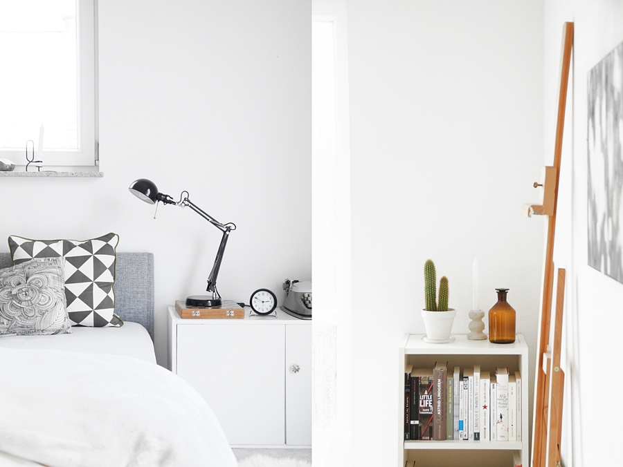 Schlafzimmer modern skandinavisch einrichten in grau-weiß. | Regal dekorieren mit Kaktus, Kerzenständer und vintage Apothekerflasche. Wohnideen Wohninspiration und Dekoration - Tasteboykott Wohnblog.