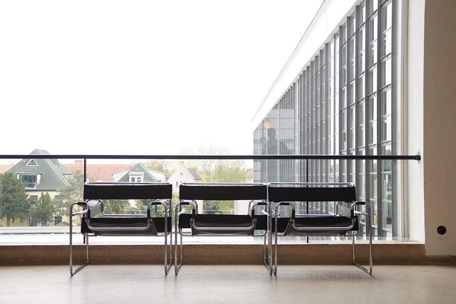 Wassily-Stuhl von Marcel Breuer, Treppenhaus  Bauhausgebäude von Walter Gropius. Stiftung Bauhaus Dessau.