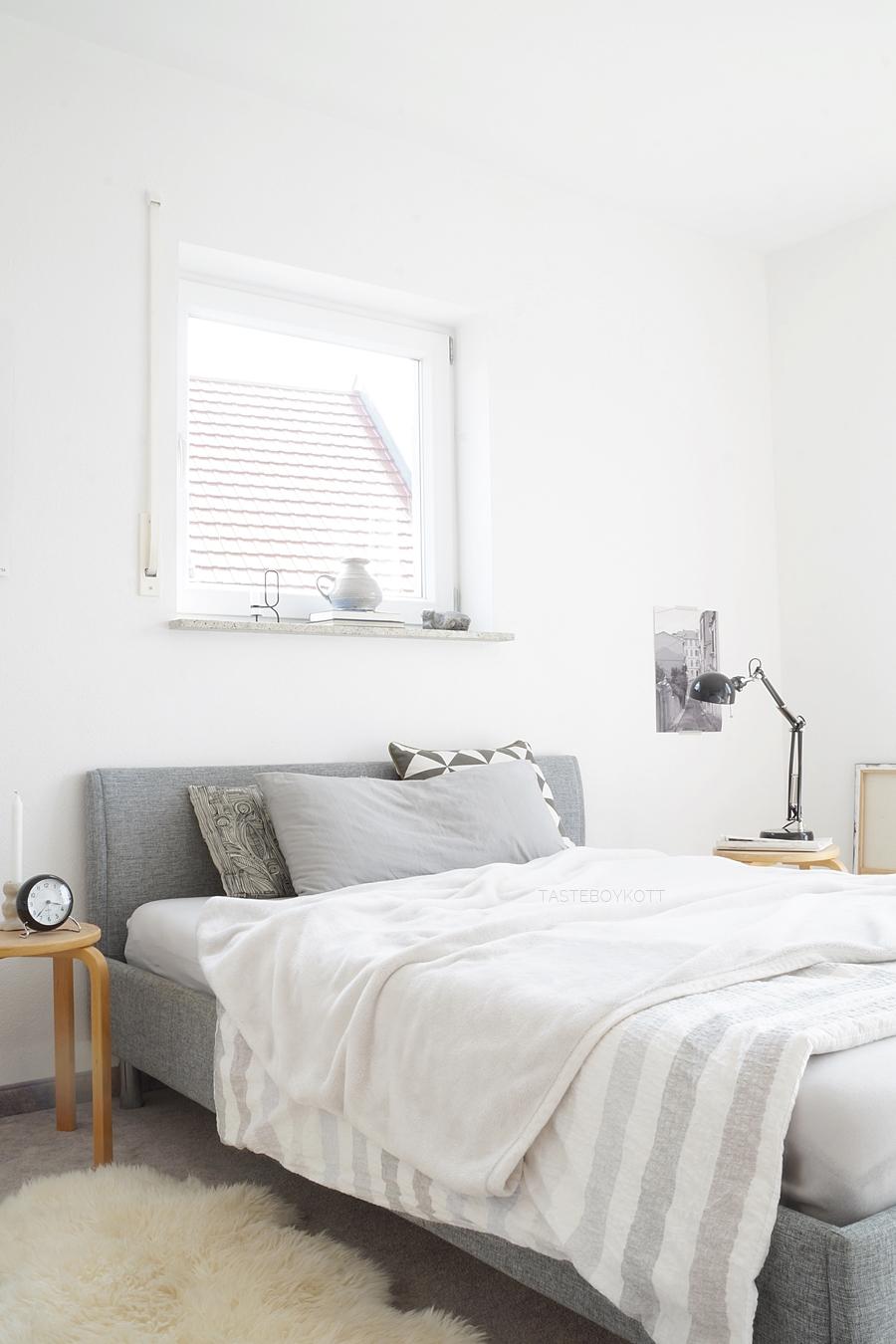 Schlafzimmer/ Jugendzimmer skandinavisch modern minimalistisch einrichten mit dem Farbkonzept grau, weiss, Holz. Hocker als Nachttisch, Textilien, Bett dekorieren. Monochrome schlichte Herbstdeko Inspiration. Wohnblog Tasteboykott Wohninspiration Dekoideen Interior Design Blog.