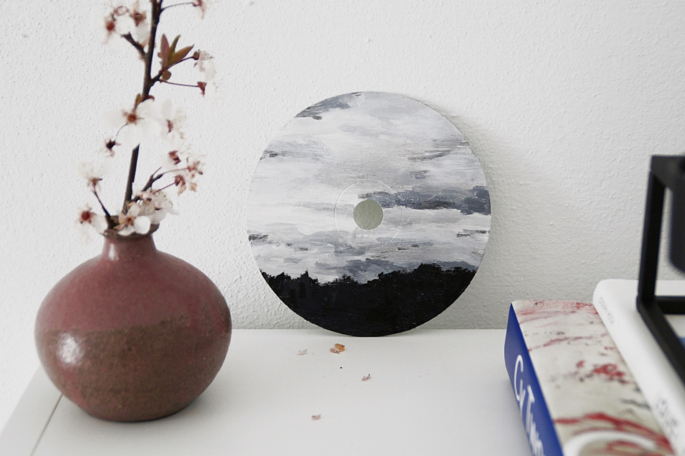 Outtakes – Monatsrückblick März & April 2020  - DIY Kunst: CD bemalen mit Acrylfarbe. Himmel Malerei einfach in grau-weiß.