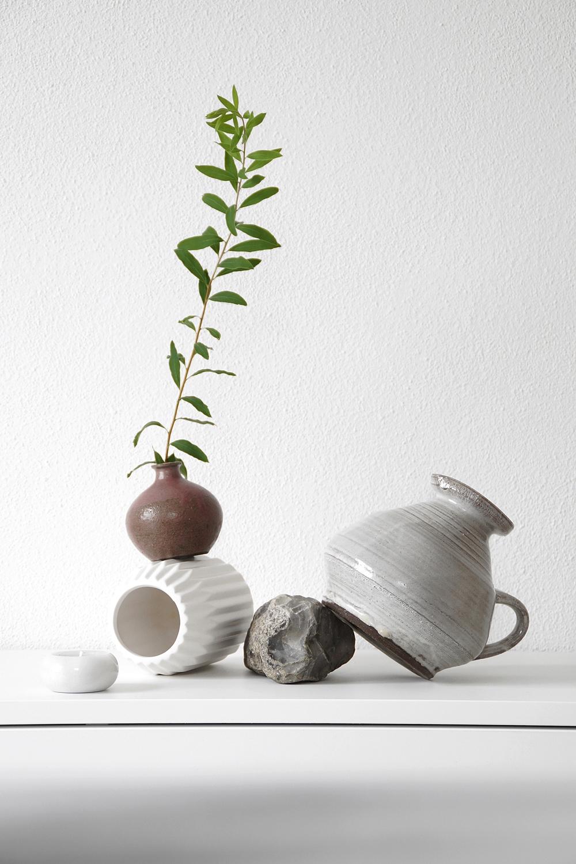 #StayHomeStillLife: Stillleben dekorieren mit Vasen, Zweig und Stein und fotografieren. Interior Styling und Fotografie