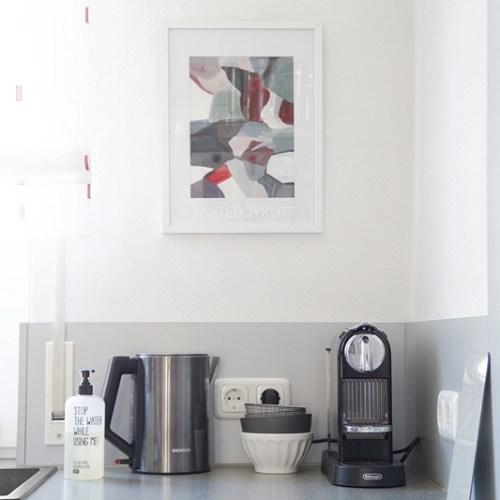 Abstrakte moderne Kunst Malerei Wanddeko Küche skandinavisch modern monochrom grau weiß dekorieren einrichten wohnen Wohnideen Wohninspiration Tasteboykott Wohnblog Dekoration
