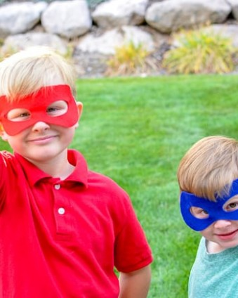 Make these felt superhero masks in just 2 minutes with the Cricut Maker #ad #CricutMade