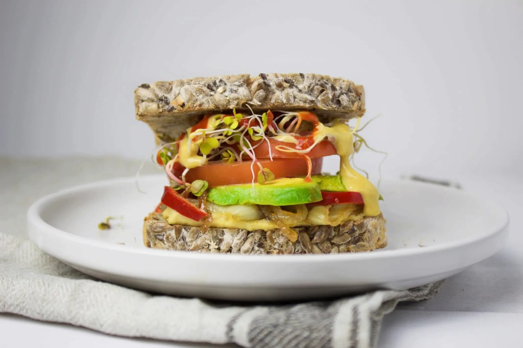 Perfect spicy Sandwich with avocado and hummus (VeGaN)