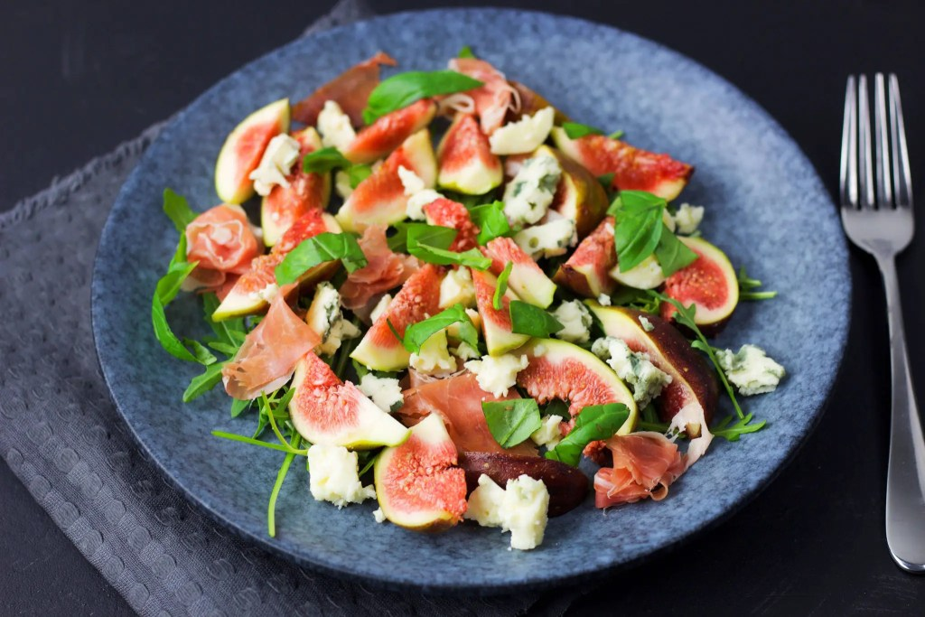 Easy fig salad with prosciutto ham to impress