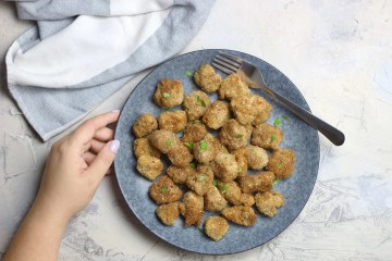 Quinoa flake and walnut thyme chicken popcorn