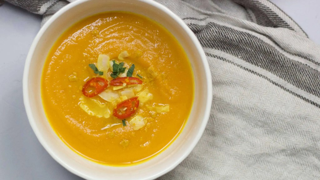 Carrot, sweet potato and red chili pepper soup to warm you up [VeGaN]