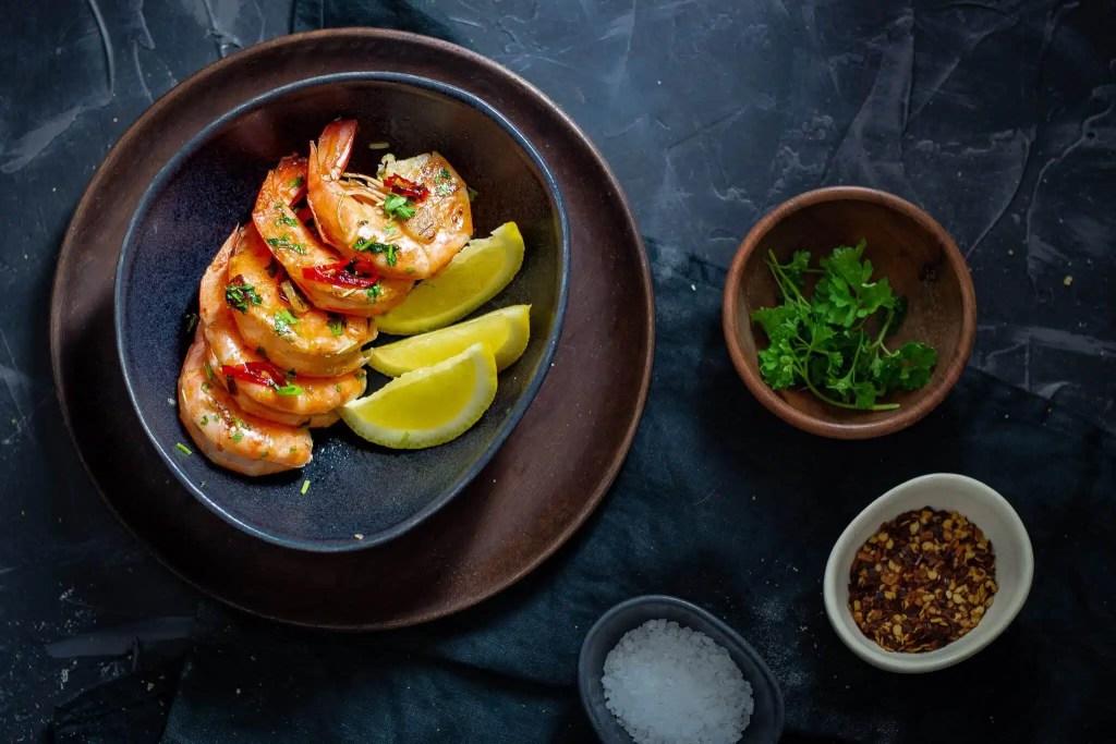 Prawns with chili, garlic and parsley - easy recipe