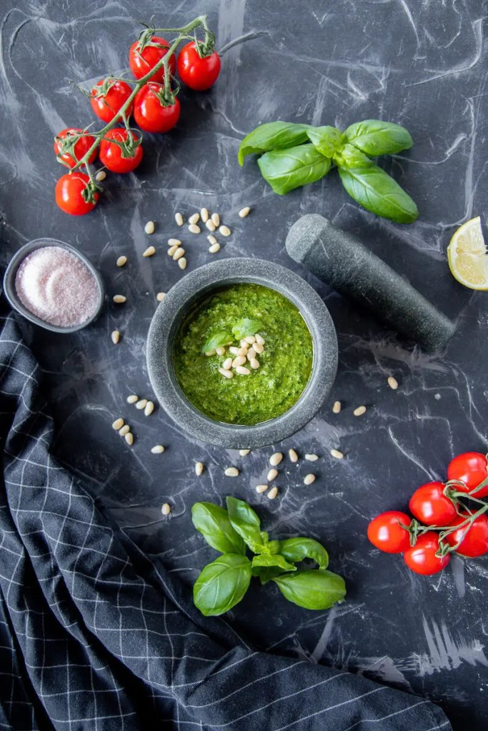 The simplest vegan basil and pine nuts pesto. Delicious and ready in just 5 minutes. 2