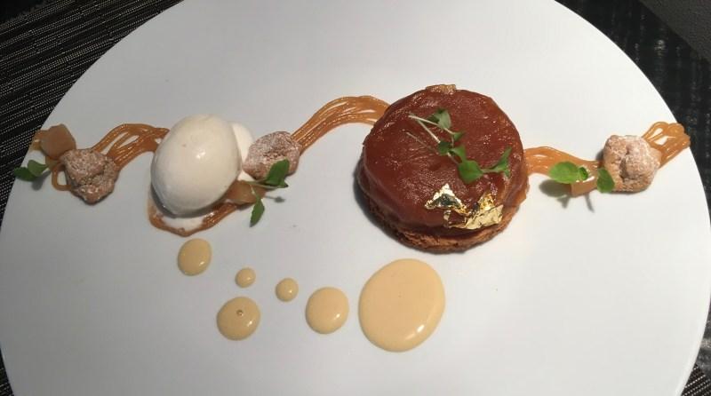 A Compression de pommes, infusion au Foin, caramel et double crème, glacée de la Gruyère