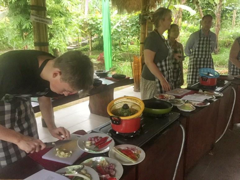 Gang i gryderne. Kokkeskole. Ubud, Bali, Indonesien. (c) Per Sommer