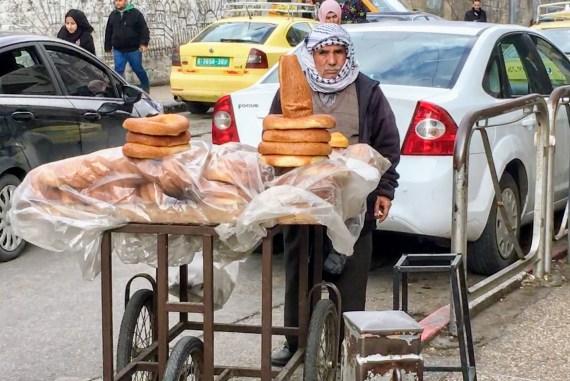 Brødsælger på gaden i Ramallah