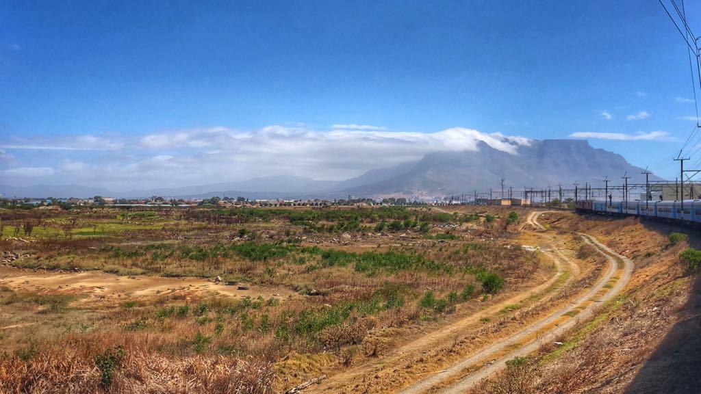 Toget på vej ind mod Cape Town. I baggrunden ses Table Mountain.
