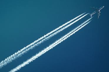 Flyv mere ansvarligt. Kilde: https://www.pexels.com/photo/white-airplane-728824/