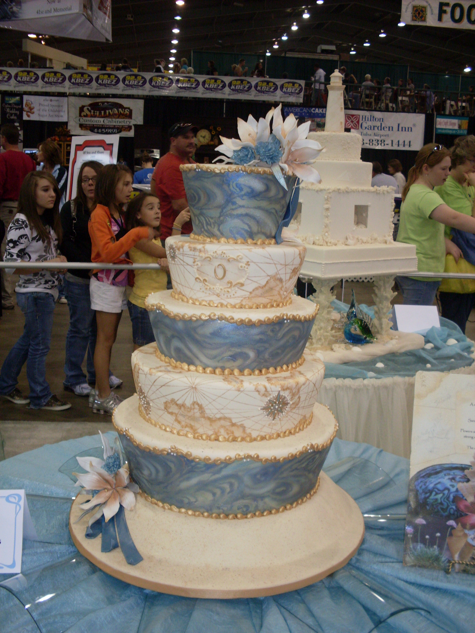 Notice the beautiful blue swirls. That's fondant marbling at its finest.