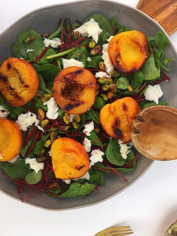 Salade met gegrilde perziken van de BBQ (V)