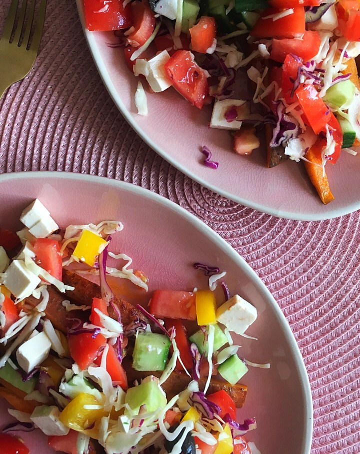 Zoete aardappelfriet met Griekse topping (V)