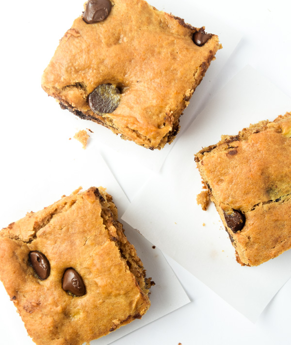 Peanut Butter Banana Blondies - a sweet treat with no butter/oil or added refined sugar. Kids will go crazy for these!   tastythin.com