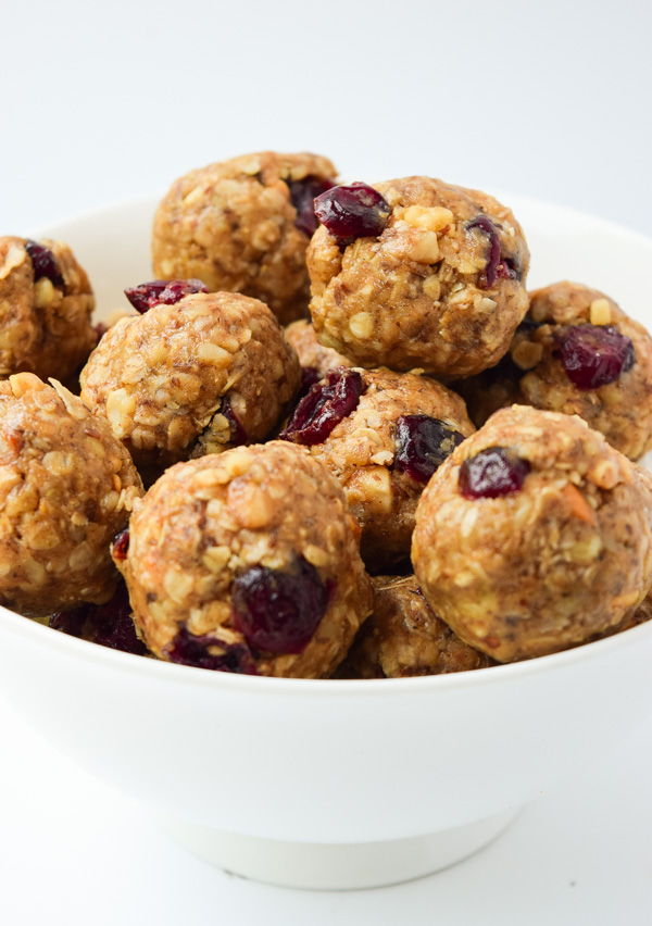 Nutty Oatmeal Cranberry Energy Bites - tasty and healthy little bites, perfect for breakfast or an energy boosting snack! | tastythin.com