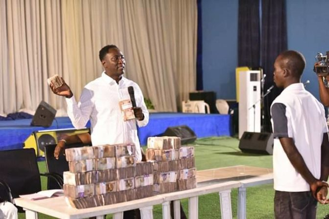 the Prophet, Snr. Prophet Jeremiah Omoto Fufeyin gave workers in the vibe yard of God 30million Naira to celebrate this season.