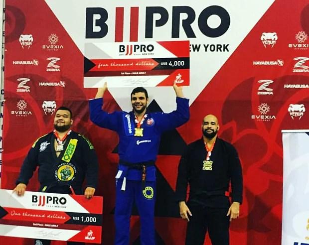 João Gabriel Rocha faturou o ouro nos pesadíssimos ao derrotar Otávio Nalati na final (Foto: IBJJF)