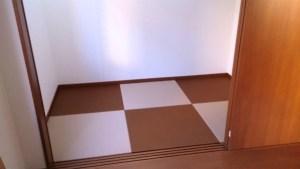 畳の色にダークブラウン×3枚 とモカベージュ×3枚の2色を使って市松模様。簡単にフローリングから畳の部屋に