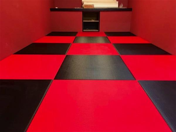 黒と赤のコラボレーションした畳の部屋