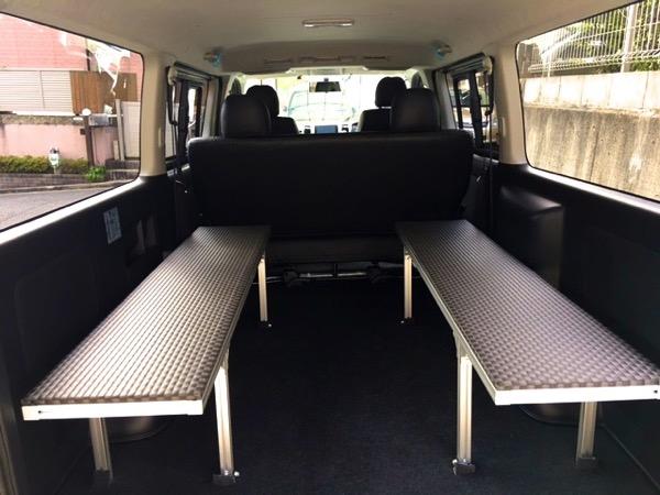 トヨタハイエースの荷台に黒の市松畳を敷いています