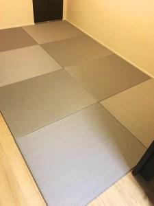 白い壁とヒノキ柄のフローリングにグレー色の畳が似合いますね