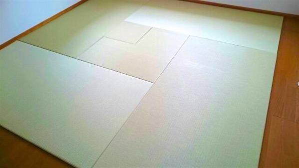 フローリングの上で置き畳を敷いてお茶の練習