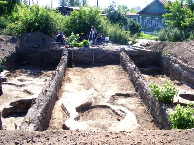 Раскопки прошли на окраине городища, возле оврага, основная часть ханской крепости занята огородами и частными домами