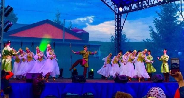 Сабантуй кунакларына Камышлы авылы үзәгендә Татарстан артистлары зур концерт күрсәтте