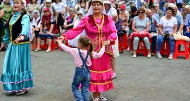 Жители и гости Владивостока отпраздновали Сабантуй в парке Минного городка