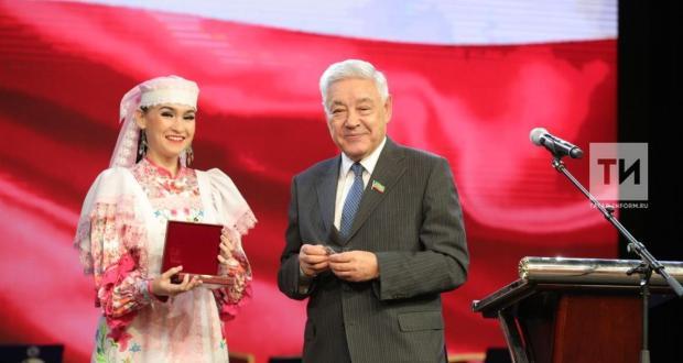 Мөхәммәтшин татар язучыларын фидакяр хезмәт өчен медальләре белән бүләкләде